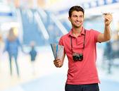 Man med boardingkort och flygplan — Stockfoto