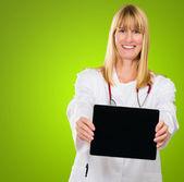 счастливый доктор показ цифрового планшета — Стоковое фото