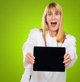 Doctor sorprendido sosteniendo una tableta digital — Foto de Stock
