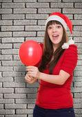 Zaskoczony kobieta w kapeluszu, Boże Narodzenie i trzymając balon — Zdjęcie stockowe