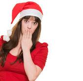 Femme portant un chapeau de Noël et couvrant sa bouche — Photo