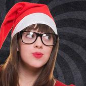 Boże Narodzenie kobieta w okularach i patrząc w górę — Zdjęcie stockowe