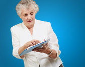 Senior woman using ipad — Stock Photo