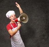 Portret młodej gotować człowieka krzyczeć z megafon z gru — Zdjęcie stockowe