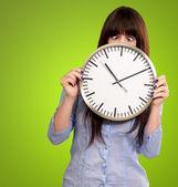 Kadın tutarak saati kısarak gözleri ile — Stok fotoğraf