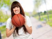 Portrét mladé ženy s fotbalovým míčem fotbal — Stock fotografie