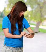 Woman Using Ipad — Stock Photo