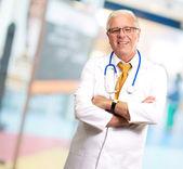 シニア男性医師の肖像画 — ストック写真