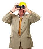 Ingegnere guardando lontano — Foto Stock