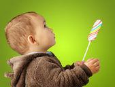 Bir bebek tutan lolipop portresi — Stok fotoğraf