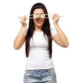 Porträtt av en kvinna som håller sushirulle — Stockfoto