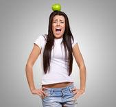 Mladá dívka s apple na hlavu — Stock fotografie