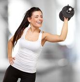 Retrato de joven de entrenamiento con pesas interiores — Foto de Stock