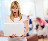 šokovaná žena při pohledu na notebook — Stock fotografie