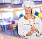 Mujer chef holding cuchara de madera — Foto de Stock