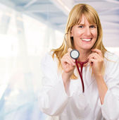 счастливый доктор холдинг стетоскоп — Стоковое фото