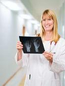 портрет счастливой доктор холдинг рентгеновского — Стоковое фото