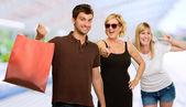 Man met boodschappentas infront van gelukkig vrouwen — Stockfoto