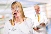 Retrato de doctora choque enfrente del doctor hombre con ficha — Foto de Stock