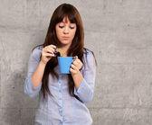 Vacker kvinna med kaffe och kakor — Stockfoto