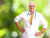 счастливый старший врач со стетоскопом — Стоковое фото