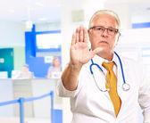 Doctor muestra señal de stop — Foto de Stock
