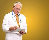 タブを押し、男性医師の肖像画 — ストック写真