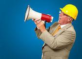 Lavoratore senior gridando con il megafono — Foto Stock