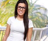 Gözlük takan genç bir kızın portresi — Stok fotoğraf