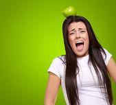 νεαρό κορίτσι με το μήλο στο κεφάλι — Φωτογραφία Αρχείου