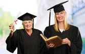 2 つの大学院の女性 — ストック写真