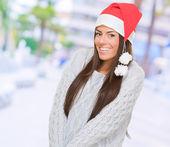 Mooie vrouw dragen een kerstmuts — Stockfoto