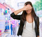 Mujer joven cubriendo sus ojos — Foto de Stock