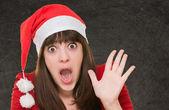 Verrast vrouw dragen een kerstmuts — Stockfoto