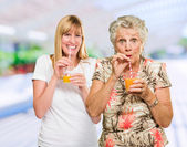 Två glada kvinna dricka saft — Stockfoto
