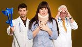 Doktorların önünde boyun ayracı olan kadın — Stok fotoğraf