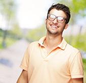 Glücklicher junger mann mit brille — Stockfoto