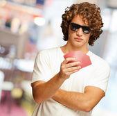 Ein mann hält einige spielkarten — Stockfoto
