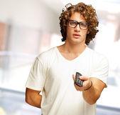 Homem exploração telecomando — Fotografia Stock
