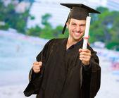 Certificado de explotación de hombre joven graduación — Foto de Stock