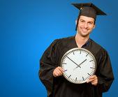 Orologio holding uomo laureato — Foto Stock