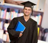 Libro hombre graduado feliz celebración — Foto de Stock