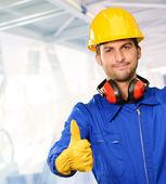 Ingénieur avec le pouce vers le haut de signe — Photo