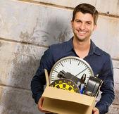 Retrato de hombre feliz celebración de caja de cartón — Foto de Stock