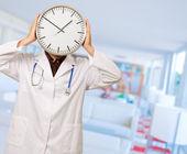 Retrato do médico, escondendo o rosto com relógio — Foto Stock