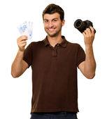 Joven sosteniendo la moneda euro y cámara — Foto de Stock