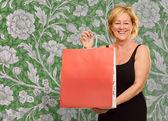 Glad äldre kvinna med shopping väska — Stockfoto