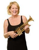 Reife frau holding trompete — Stockfoto