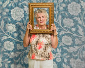 Senior Woman Holding Picture Frame — Stockfoto