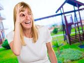 Mutlu bir kadın parmağı ile seyir — Stok fotoğraf